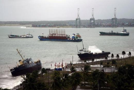 6 gemi Panama'da karaya oturdu 1