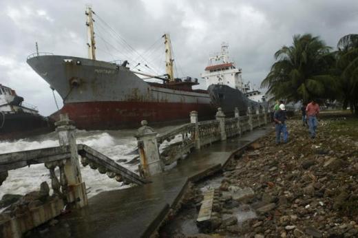 6 gemi Panama'da karaya oturdu 6