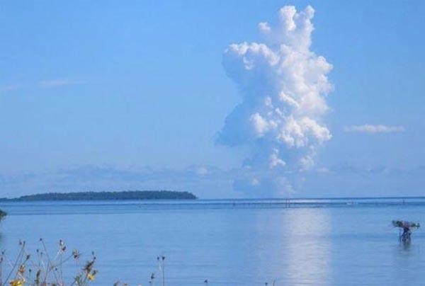 Deniz dibinde yanardağ patladı 12