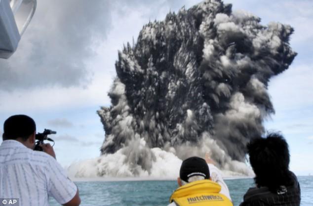 Deniz dibinde yanardağ patladı 3