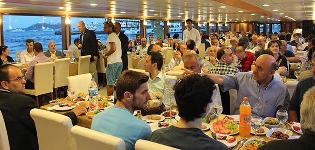 Mavi Marmara'dan Boğaz'da iftar yemeği 8