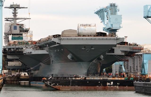 Dev uçak gemisi denize indiriliyor 1