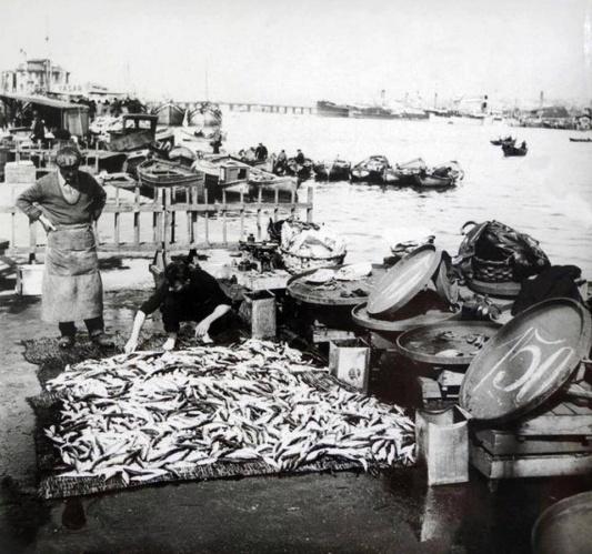 Balık dolu siyah beyaz İstanbul 19