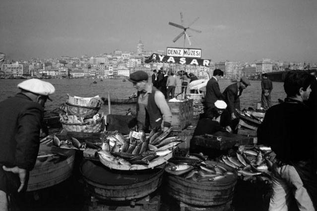 Balık dolu siyah beyaz İstanbul 2