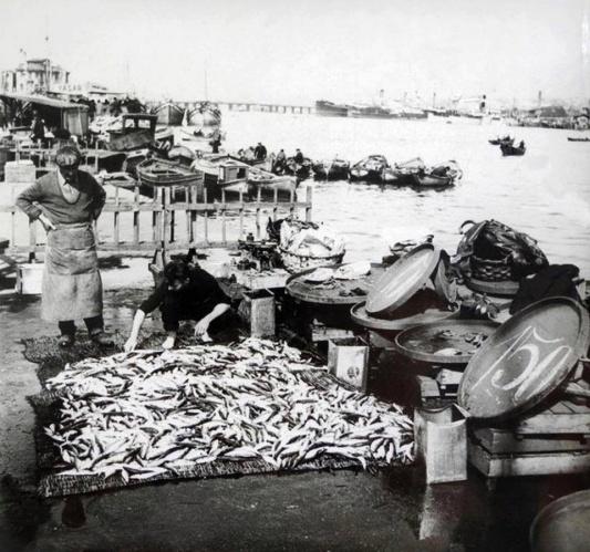 Balık dolu siyah beyaz İstanbul 48