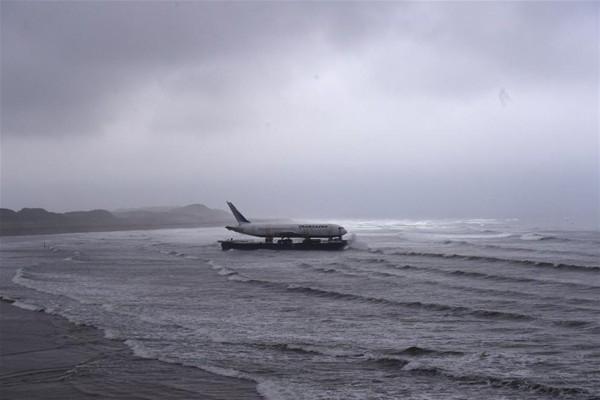 Uçak denizden taşındı 1