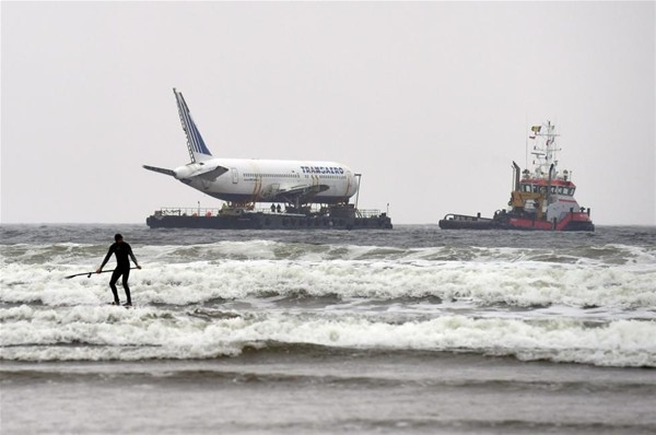 Uçak denizden taşındı 15