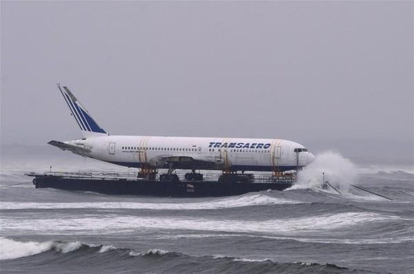 Uçak denizden taşındı 2