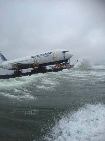 Uçak denizden taşındı 3