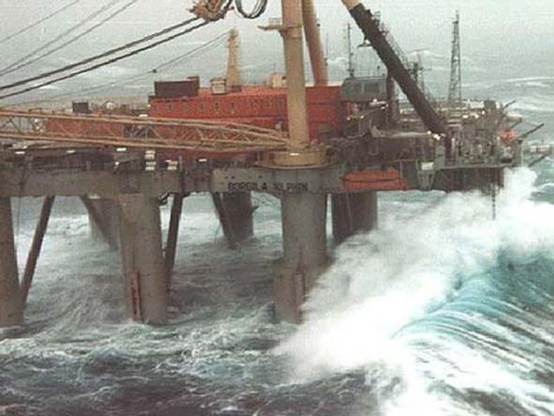 Denizin neredeyse gemileri yuttuğu fırtınalar 12