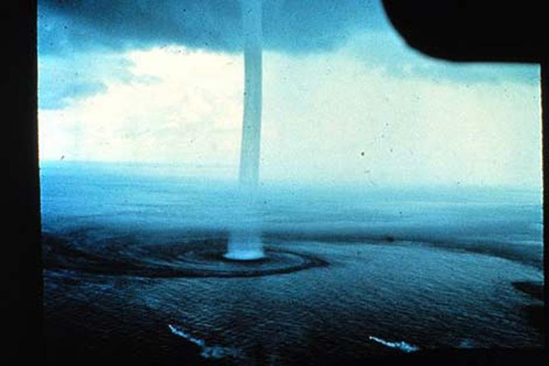 Denizin neredeyse gemileri yuttuğu fırtınalar 13