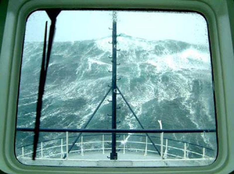 Denizin neredeyse gemileri yuttuğu fırtınalar 15
