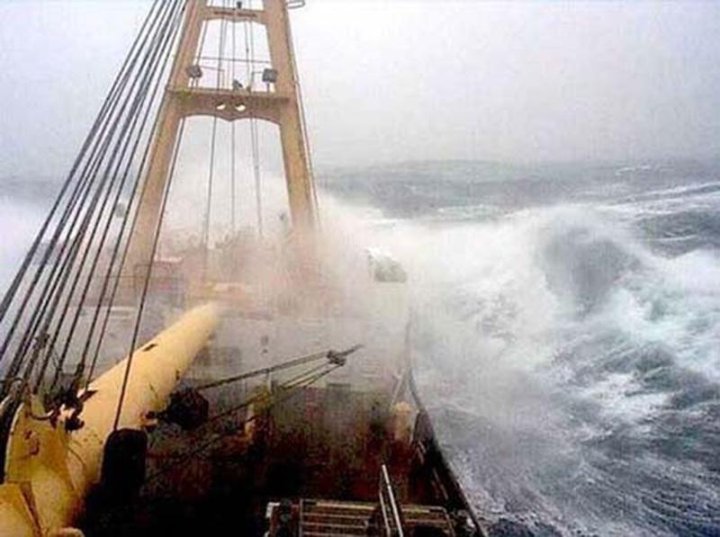 Denizin neredeyse gemileri yuttuğu fırtınalar 17