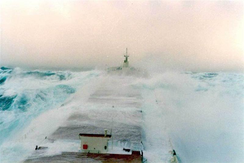 Denizin neredeyse gemileri yuttuğu fırtınalar 19
