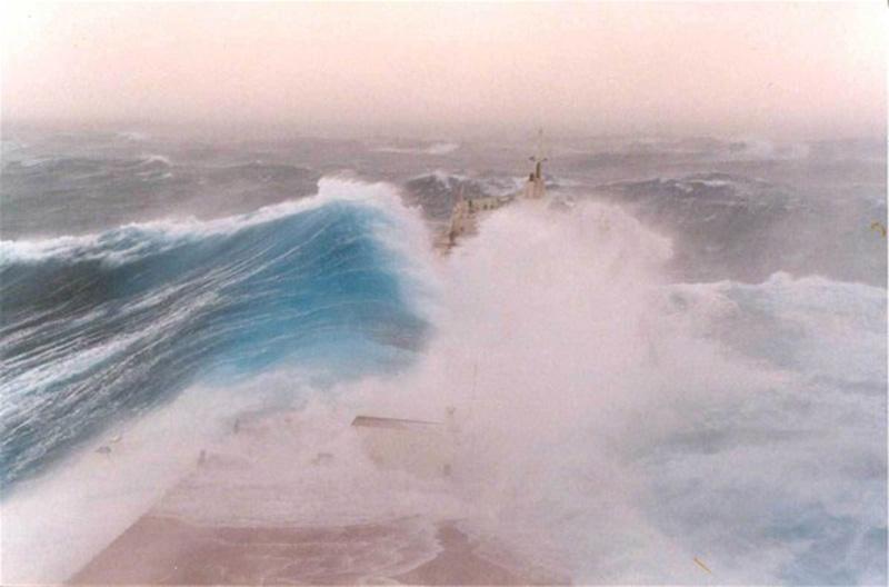 Denizin neredeyse gemileri yuttuğu fırtınalar 20