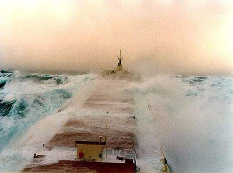 Denizin neredeyse gemileri yuttuğu fırtınalar 22