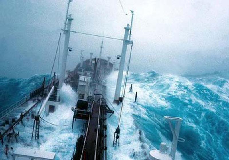 Denizin neredeyse gemileri yuttuğu fırtınalar 23