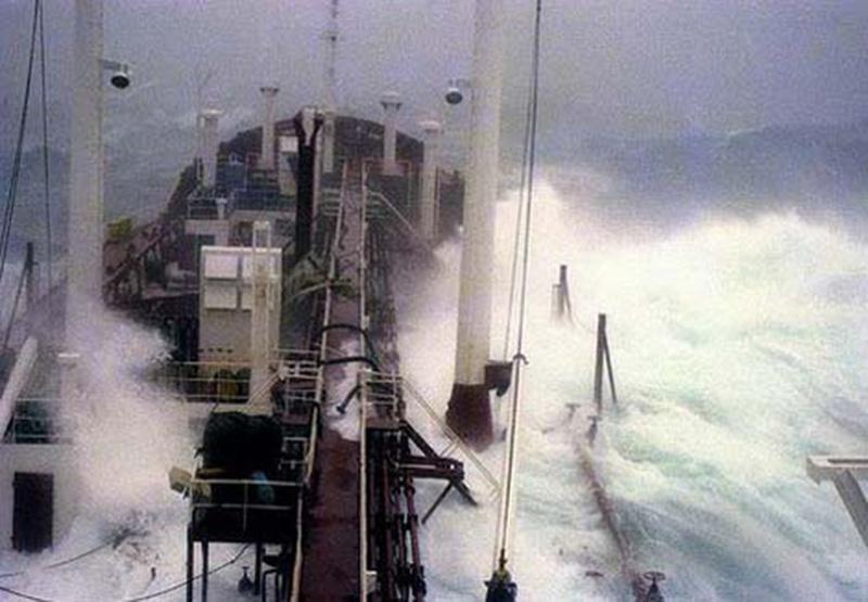 Denizin neredeyse gemileri yuttuğu fırtınalar 24