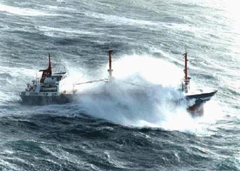 Denizin neredeyse gemileri yuttuğu fırtınalar 5