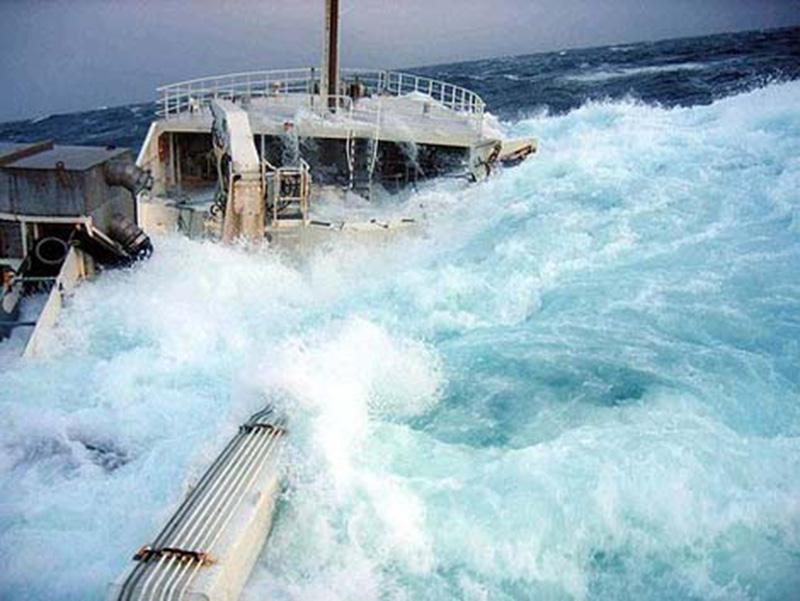 Denizin neredeyse gemileri yuttuğu fırtınalar 8