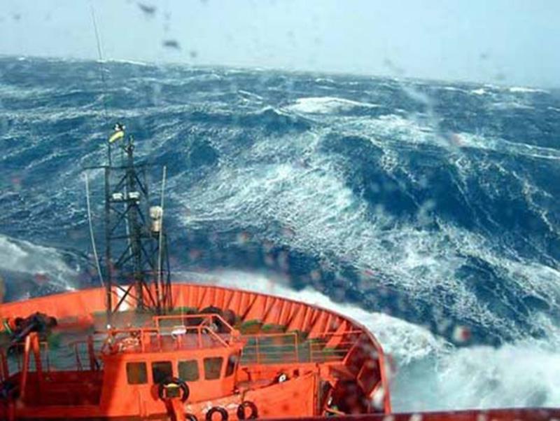 Denizin neredeyse gemileri yuttuğu fırtınalar 9