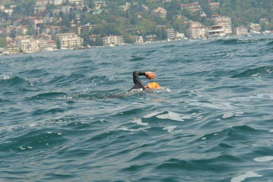 62 Yaşında Boğazı yüzerek geçti 30