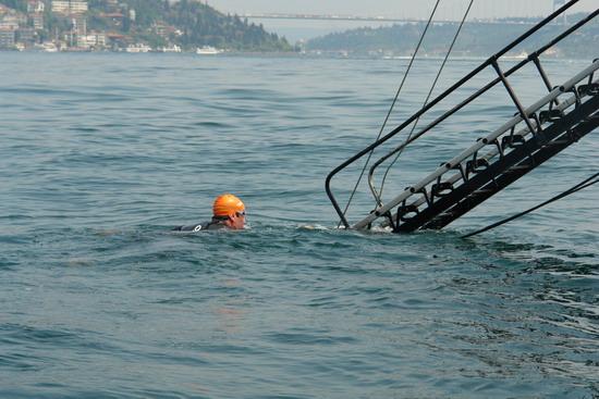 62 Yaşında Boğazı yüzerek geçti 34
