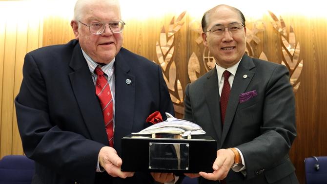 """Dr. Wiswall'a """"2015 Uluslararası Denizcilik Ödülü"""" verildi"""