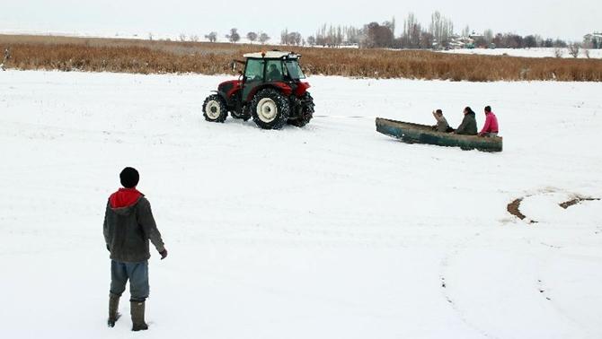 Balıkçıların traktörlü kayak keyfi