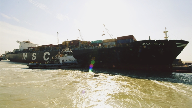 Dev konteyner gemisi Irak limanına yanaştı