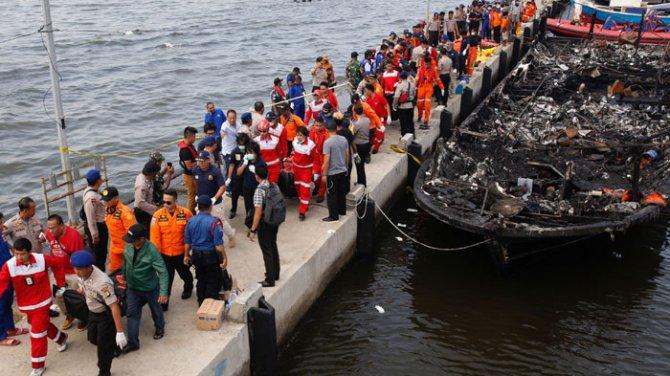 Endonezya'da turist teknesi alevler içinde kaldı: 23 ölü!