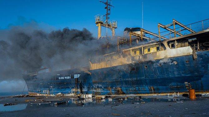 Rusya'da mahsur kalan gemi yana yana kül olacak