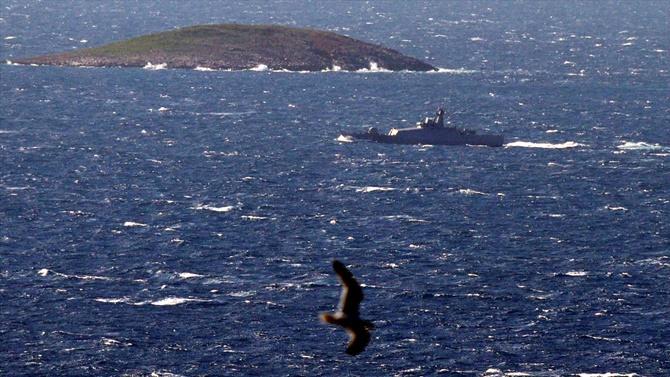 Türk savaş gemisinin Kardak devriyesi