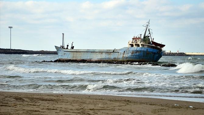 M/V Yiğithan gemisi Karasu Sahili'nde karaya oturdu
