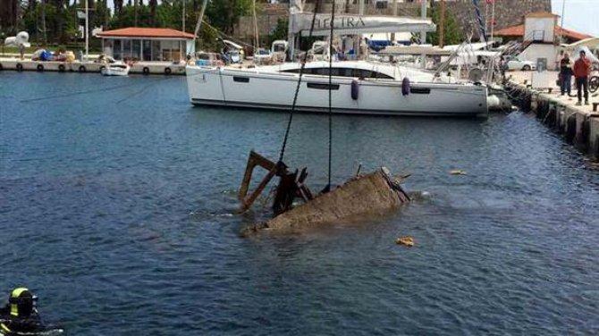 """Barınakta batan kaçak teknesi """"Daffodil"""" denizden çıkarıldı"""