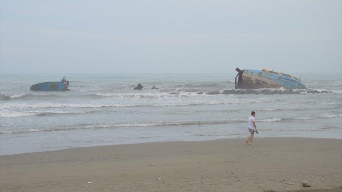 Karaya oturan Yiğithan isimli gemi dalgalar nedeniyle parçalandı