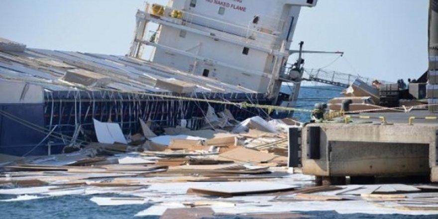 Gemi yan yattı, suntalar denize döküldü