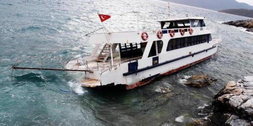 Karaya sürüklenen feribot hasar aldı