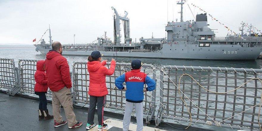 Donanma gemileri vatandaşların akınına uğradı