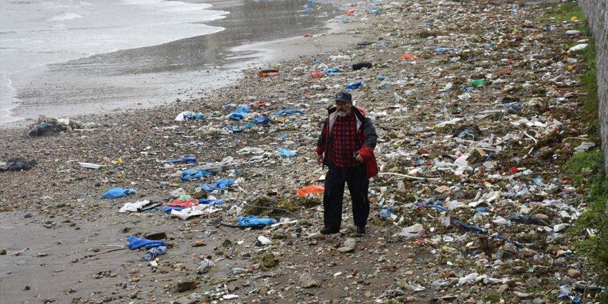 Karadeniz'deki atıklar sahile vurdu