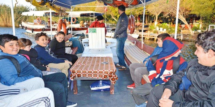 Eğitim için tek ulaşım araçları tekne