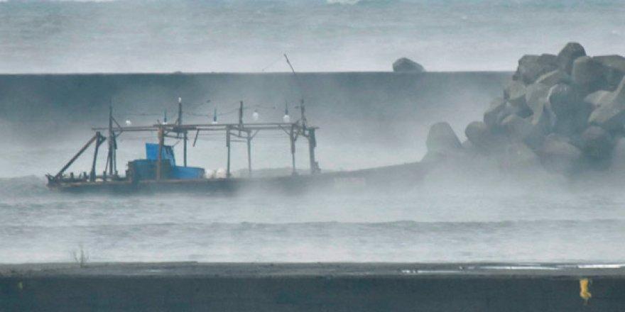 Fırtınaya yakalanan balıkçı teknesi kıyıya vurdu