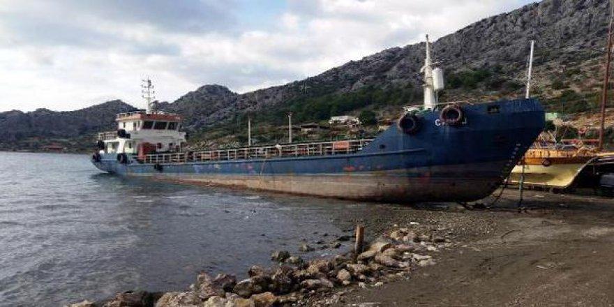 Marmaris'te arızalanan gemi karaya oturtuldu
