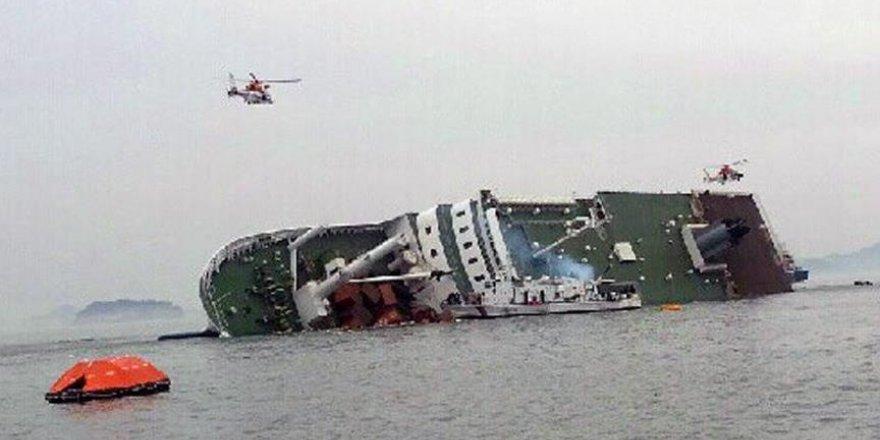 İçinde 251 yolcu bulunan feribot battı