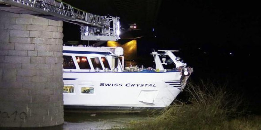 Yolcu gemisi köprüye çarptı: 27 yaralı
