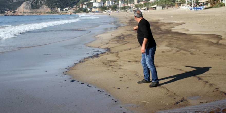 Mavi bayraklı plaja atık petrol sızdı
