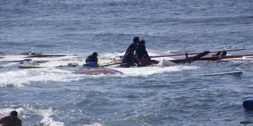 Kayalara çarpan göçmen teknesi battı