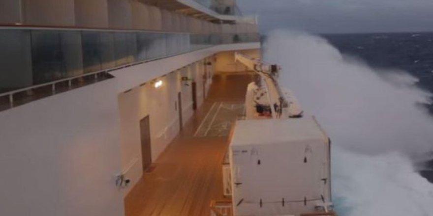 Fırtınaya yakalanan gemideki yolcular kabusu yaşadı