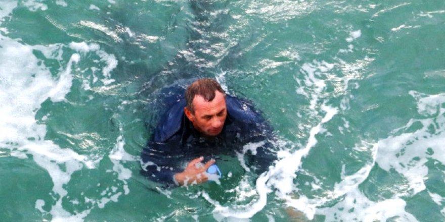 Denize düşen balıkçı oltaya takılarak kurtuldu