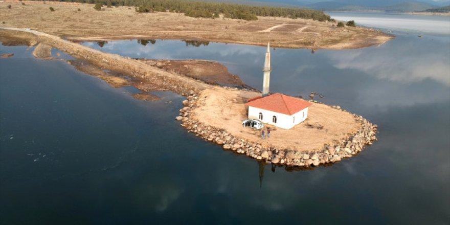 Gölün ortasında kalan cami ibadete açıldı